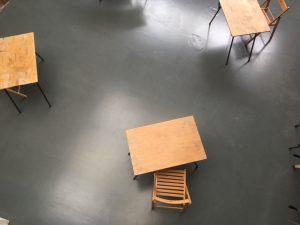Tafels die ver uit elkaar staan.
